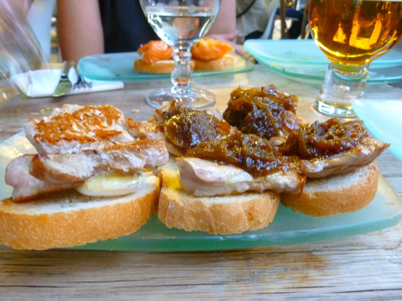Tostas de solomillo con brie y cebolla caramelizada (pork tenderloin with brie and caramelized onions)