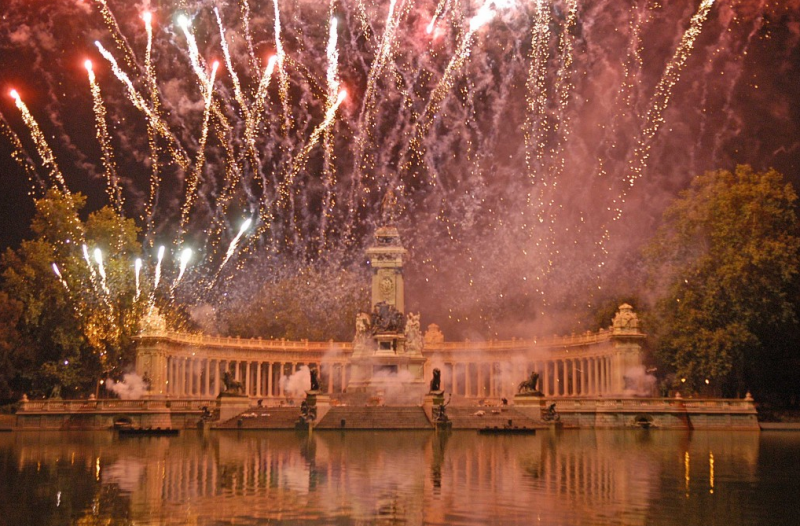 Fireworks in Retiro, a photo I stole from the internet because cell camera is incapable of this.